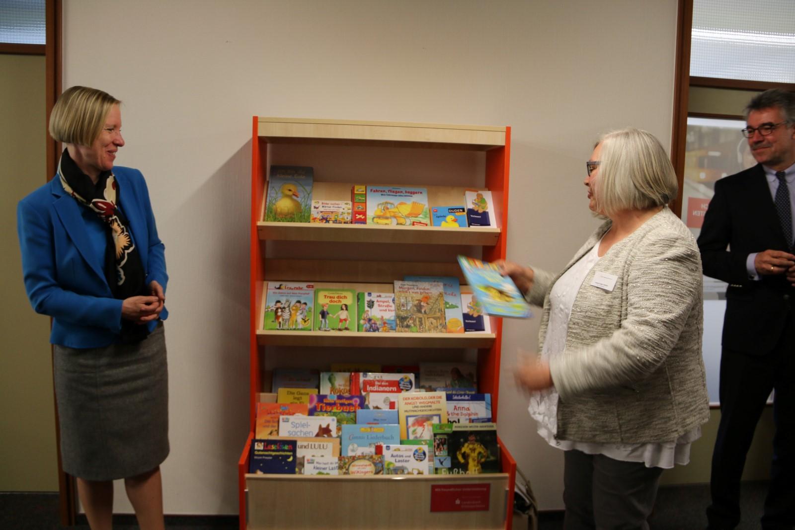 Irmgard Jäger-Stiehle, Vorsitzende des Frauen-Begegnungs-Zentrums Sigmaringen, legte ebenfalls Bücher in das Regal.