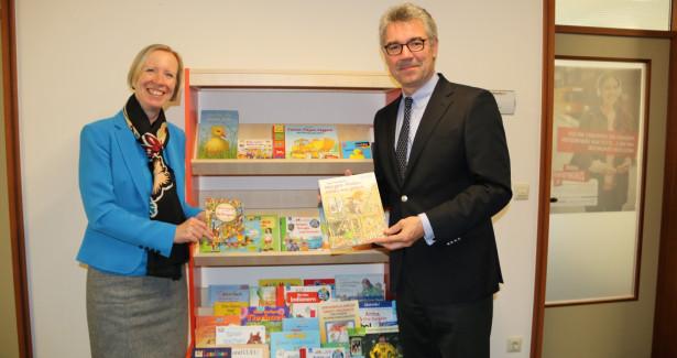 Landrätin Stefanie Bürkle und Sparkassendirektor Michael Hahn freuen sich die Vorleseregale übergeben zu können.