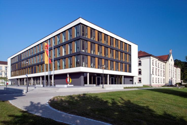 Der im Anschluss an das klassizistische Hauptgebäude errichtete moderne Erweiterungsbau des Landratsamtes von 2014 (Vorlage: Kreisarchiv Sigmaringen)