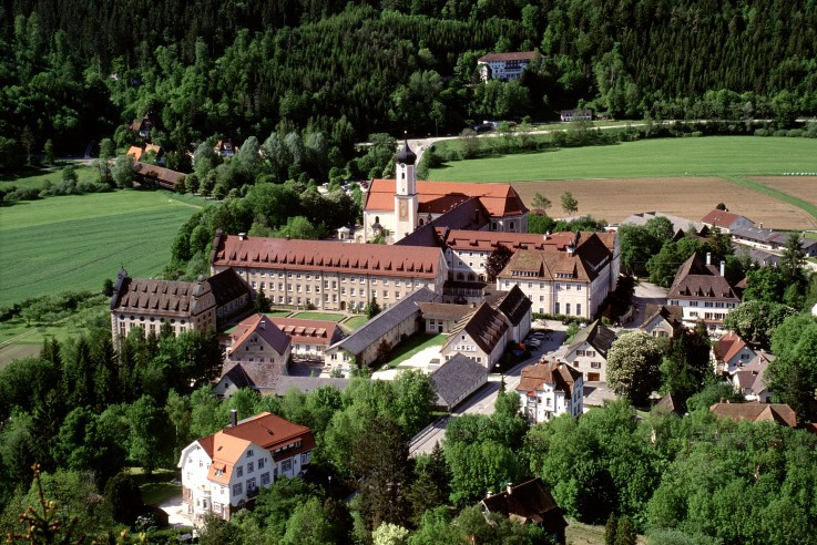 Abb. 10 Die Beuroner Klosterstadt mit barockem Kern und Erweiterungen des 19. und 20. Jahrhunderts aus der Vogelperspektive (Vorlage: Kreisarchiv Sigmaringen)