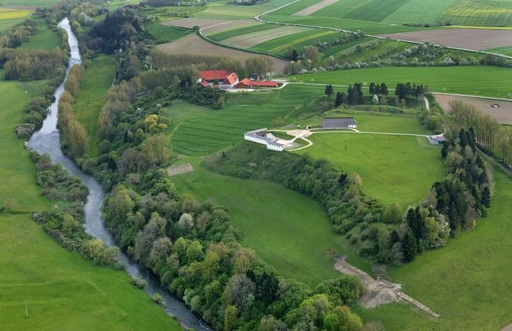Abb. 1 Luftbild des Burgbergs der Heuneburg mit den rekonstruierten Bauten des Freilichtmuseums, im Vordergrund die Donau, oben in der Mitte der Talhof (Vorlage: Landesamt für Denkmalpflege Baden-Württemberg)