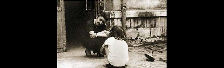 Die Sozialarbeiterin und Mystikerin Madeleine Delbrêl im Gespräch mit einem Kind.