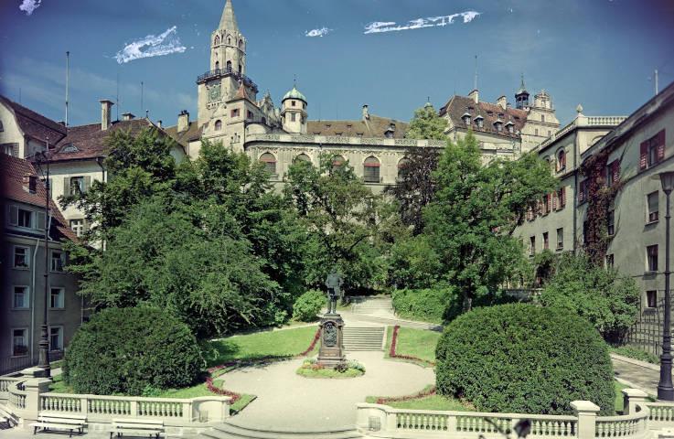 Mit zahlreichen Denkmalen und Straßenbenennungen erinnert die Stadt Sigmaringen an Angehörige des Fürstenhauses Hohenzollern – hier das Karl-Anton-Denkmal zwischen Rathaus und Schloss (Vorlage: Kreisarchiv Sigmaringen)