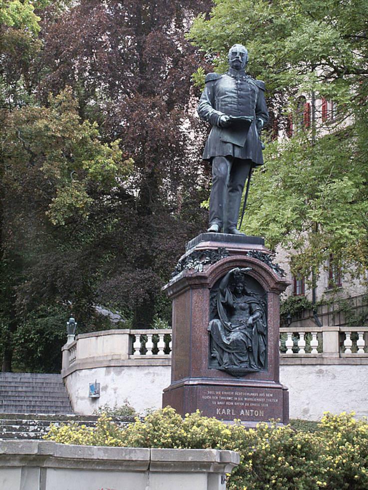 Denkmal für Fürst Karl Anton von Hohenzollern von 1890 zwischen Schloss und Rathaus (Foto: Reiner Löbe)