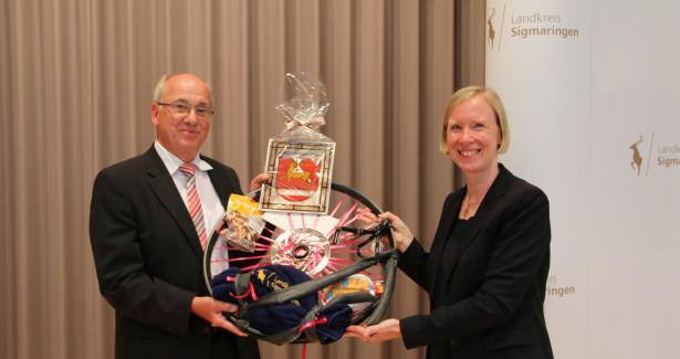 Landrätin Stefanie Bürkle übergibt Franz-Josef Schnell das Geschenk des Landkreises